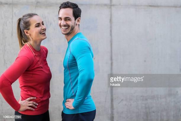 sport-paar lächelnd im freien - rennen sport stock-fotos und bilder