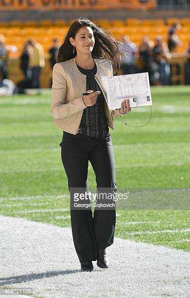 Sports NFL sideline reporter Tracy Wolfson walks on the sideline before a game between the Indianapolis Colts and the Pittsburgh Steelers at Heinz...