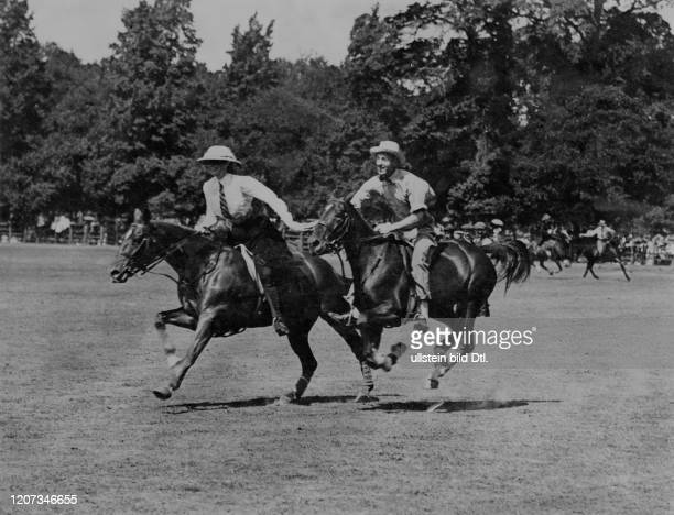 The Duchess of Westminster and Lord Castlereagh during the Polo and Gymkhana Riding Competitions - Vintage property of ullstein bild