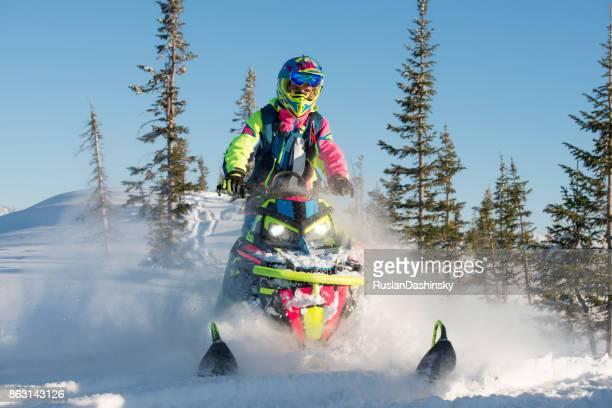 corrida de esportes em veículo off-road de neve. - snowmobiling - fotografias e filmes do acervo