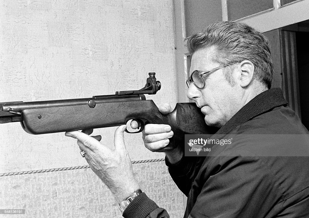 sports, shooting sport, shooting stand, shooter with gun, man, aged 30 to 40 years, Ruhr area, North Rhine-Westphalia - 04.08.1973 : News Photo
