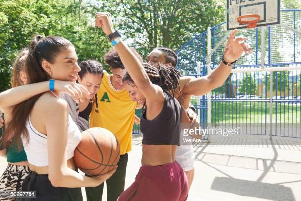 sports team in a huddle celebrating - federer photos et images de collection