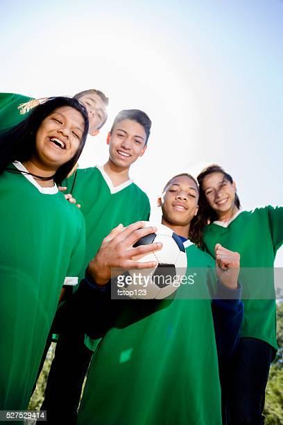 deportes : adolescentes amigos del equipo de fútbol con park de fondo. - de descendencia mixta fotografías e imágenes de stock