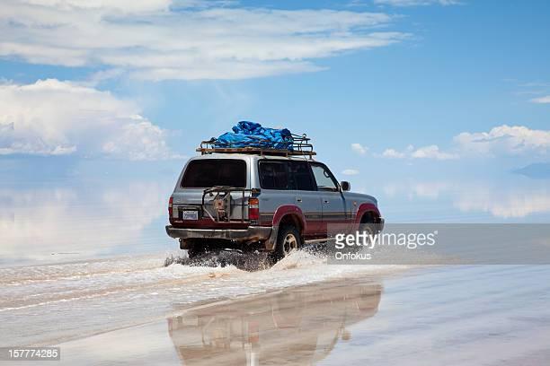 SUV condução no Salar de Uyuni, a Bolívia