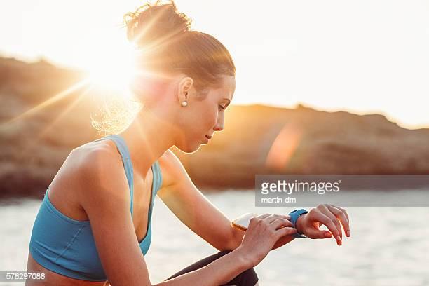 Sport Frau überprüfen Puls auf Smart Uhr