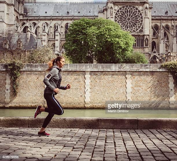 Femme sportive le jogging à Paris