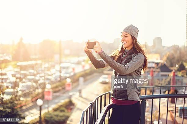 Sport Frau machen Fotos auf die Stadt