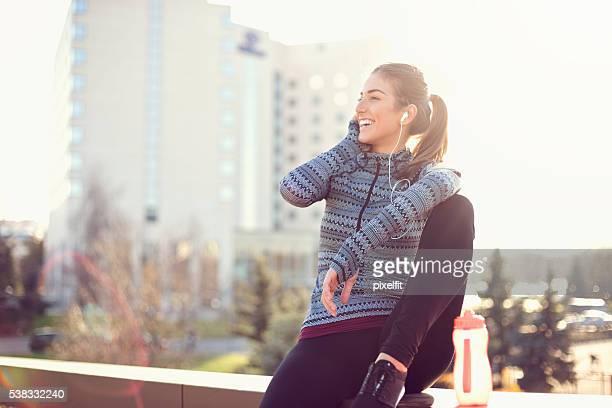 Sportliche Frau Entspannen und genießen Sie die Sonne am Morgen