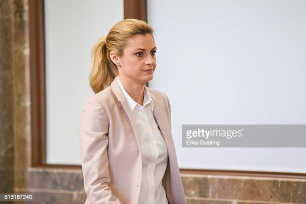 Sportscaster Erin Andrews walks toward the courtroom on March 1 2016 in Nashville Tennessee Andrews is suing her stalker and the owner and operator...