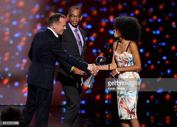 Sportscaster Stuart Scott accepts the Jimmy V Perseverance Award with his daughter and actor Kiefer Sutherland onstage during the 2014 ESPYS at Nokia...