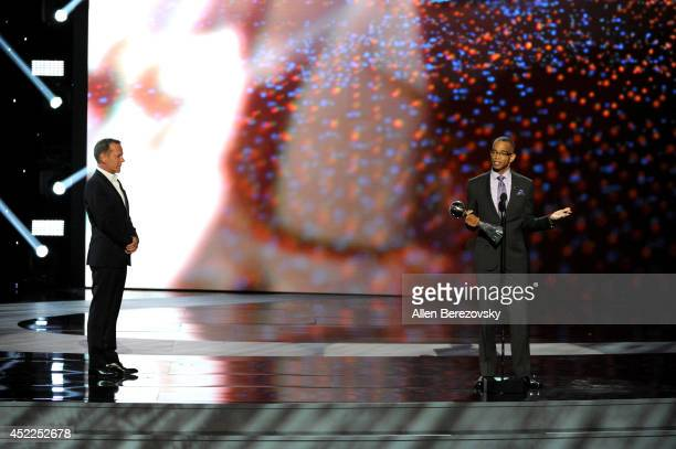 Sportscaster Stuart Scott accepts the Jimmy V Perseverance Award with actor Kiefer Sutherland onstage at the 2014 ESPY Awards at Nokia Theatre LA...