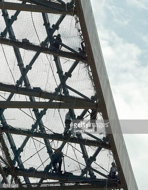 Sportstaette / Stadion Allianz Arena 2004 Muenchen Bauarbeiter auf dem Dach der Allianz Arena 110804