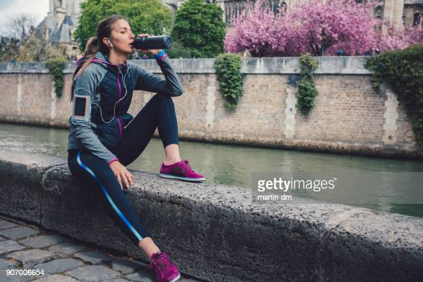 Sportswoman trinkt Wasser