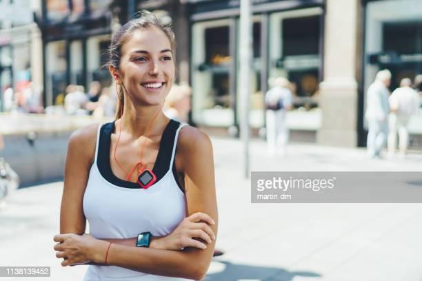 sportswoman in the city - canotta foto e immagini stock