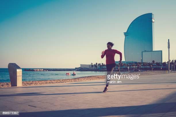 sportlerin, joggen in barcelona - la barceloneta stock-fotos und bilder