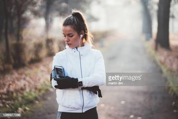 sportlerin joggen im stadtpark - sportlerin stock-fotos und bilder