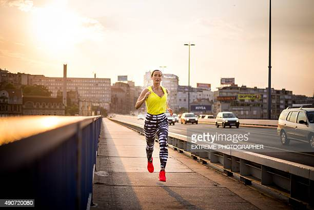 sportswoman 朝のジョギングコース - 赤の靴 ストックフォトと画像