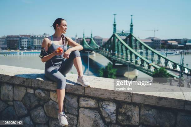 sportlerin, joggen - schlank stock-fotos und bilder