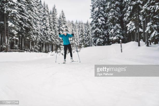 Sportlerin nordischen Skisport im Winterwald
