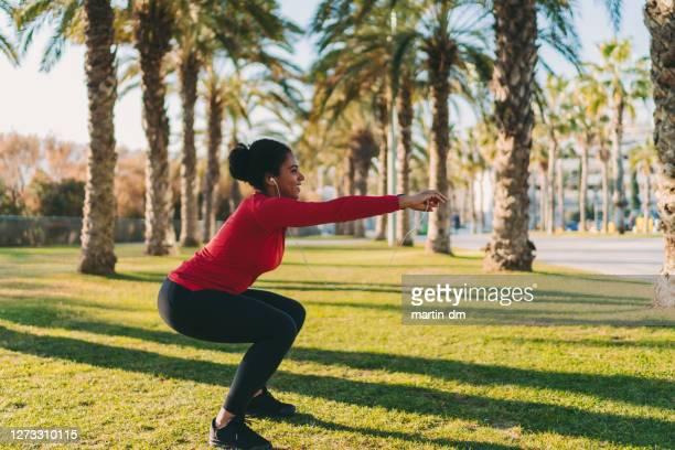 スポーツウーマン - 自重トレーニング ストックフォトと画像