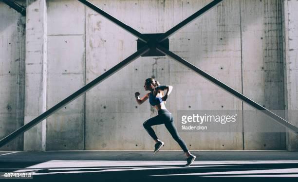 sportswoman - postureo fotografías e imágenes de stock