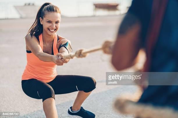 Sportlerin, die ein Tauziehen Seil ziehen
