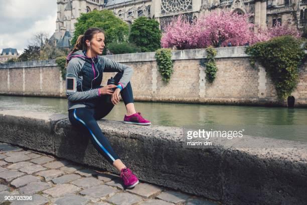 Sportlerin, die entlang des Flusses ruhen
