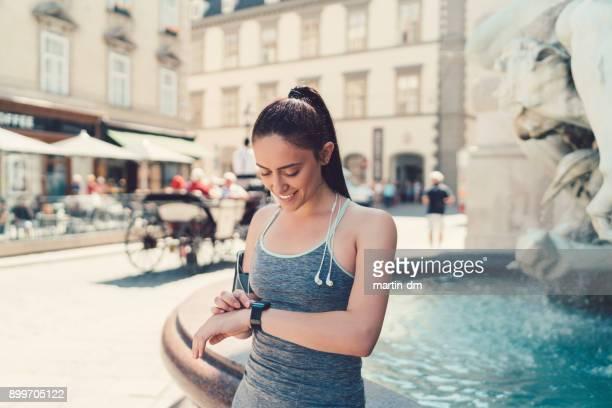 Sportvrouw met smartwatch