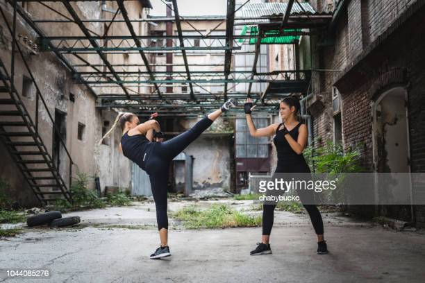 sportswomen exercise martial arts - muay thai stock pictures, royalty-free photos & images