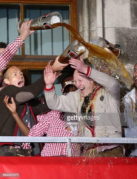 Sportvorstand Matthias Sammer FC Bayern München und Arjen ROBBEN FC Bayern München Bierdusche 1 Bundesliga Fussball FC Bayern München FC Augsburg 30...