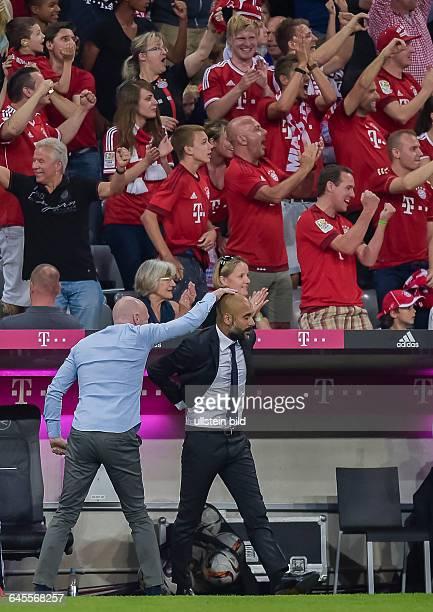 Sportvorstand Matthias Sammer haut Cheftrainer Josep Pep Guardiola vor Freude auf den Kopf nach dem Tor zum 1:0 waehrend dem Fussball Bundesliga...