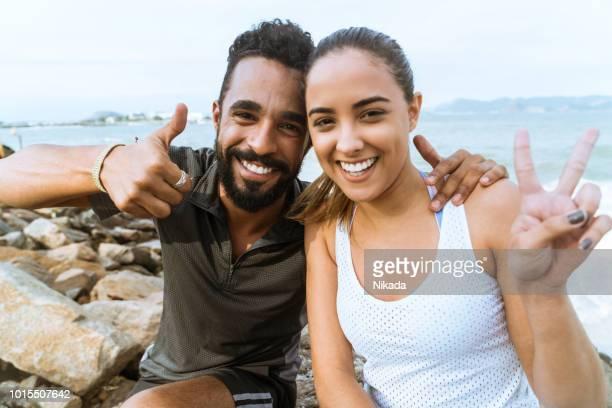 sportliche brasilianischen Mann und Frau posiert am Strand