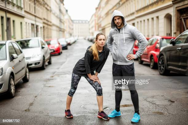 sporty couple standing together - sportkleidung stock pictures, royalty-free photos & images