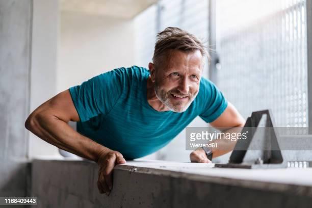 sporty man making pushups - krafttraining stock-fotos und bilder