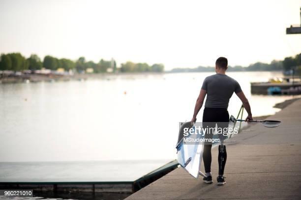 deportiva hombre con pierna protésica. - deporte acuático fotografías e imágenes de stock