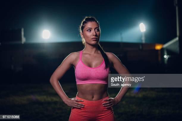 sportieve vrouw nacht in de open lucht - atlete stockfoto's en -beelden