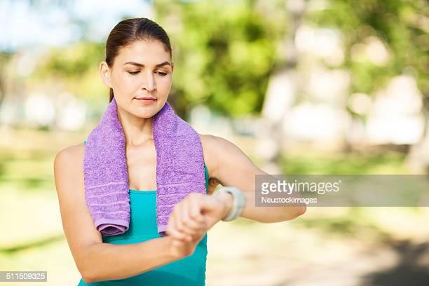 Sportive femme vérifiant le temps à regarder sur Park