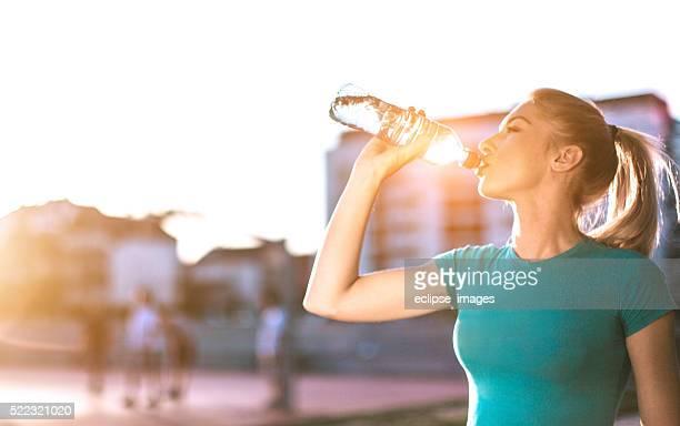 スポーティな女性の飲料水