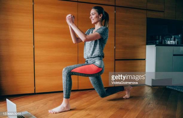 mujer deportiva haciendo ejercicio en casa. - cadera mujer fotografías e imágenes de stock