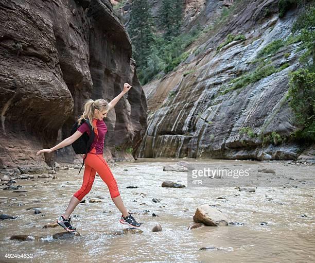 Sportliche Frau Wandern im Canyon in Zion National Park