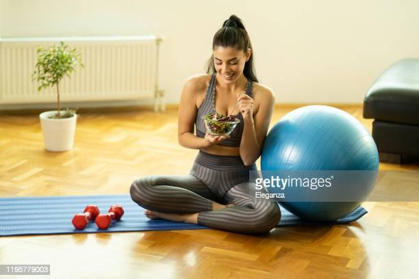 donna sportiva che vive una vita sana - cibi e bevande foto e immagini stock