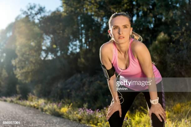 sportieve vrouw ontspannen en oefenen - atlete stockfoto's en -beelden