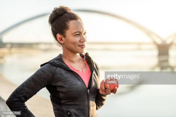 sporty woman se encarga de su salud. - sportsperson fotografías e imágenes de stock