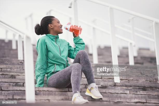 Sportliche Frau, die eine Pause vom Training.