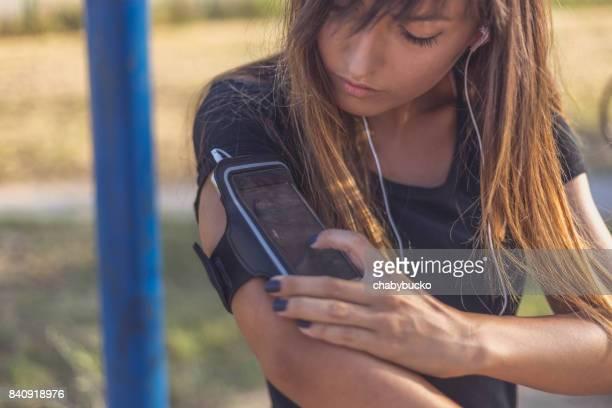 Femme sportive à l'aide de téléphone intelligent