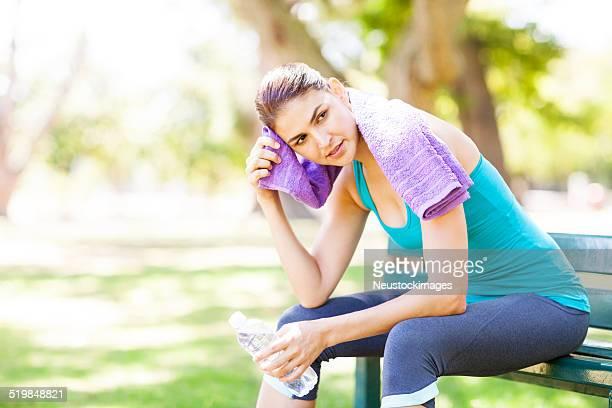 スポーティな女性ワイピング「Sweat (スウェット)」で、公園のベンチ