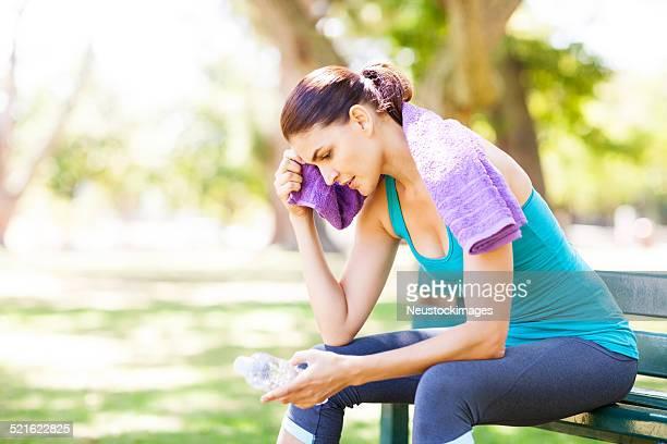 スポーティな女性ワイピング「Sweat (スウェット)」で、公園のベンチ付きタオル