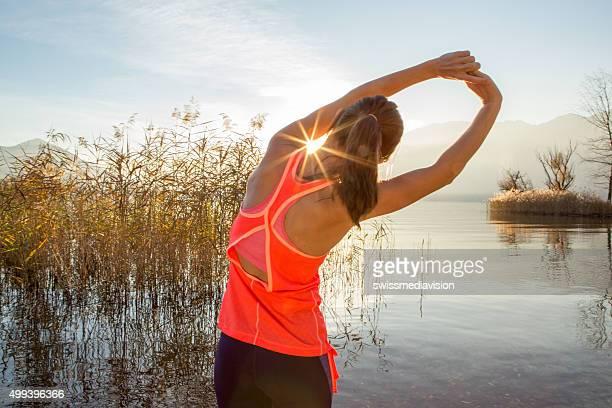 sportliche junge frau, die sich nach dem jogging im freien - morgen stock-fotos und bilder