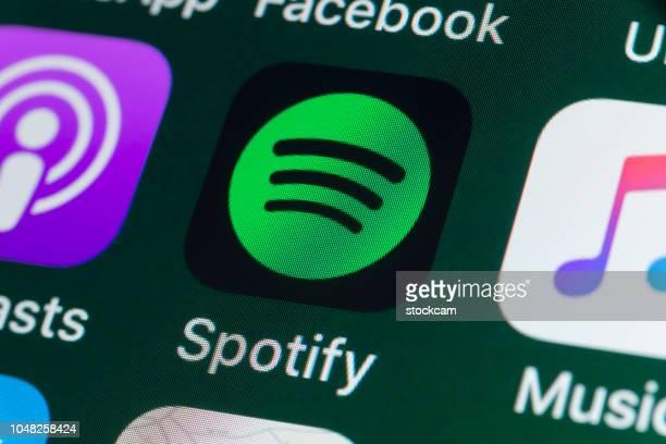spotify, podcasts, música y otras aplicaciones en la pantalla del iphone - spotify fotografías e imágenes de stock