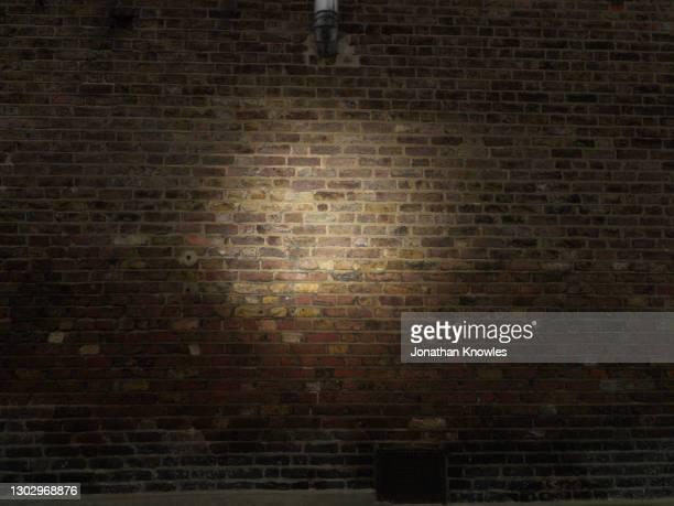 spotlight on brick wall - turno sportivo foto e immagini stock